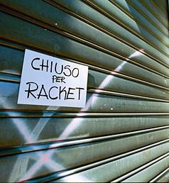 RACKET SARACINESCA DI UN NEGOZIO CHIUSA CONCARTELLO CHIUSO PER RACKET