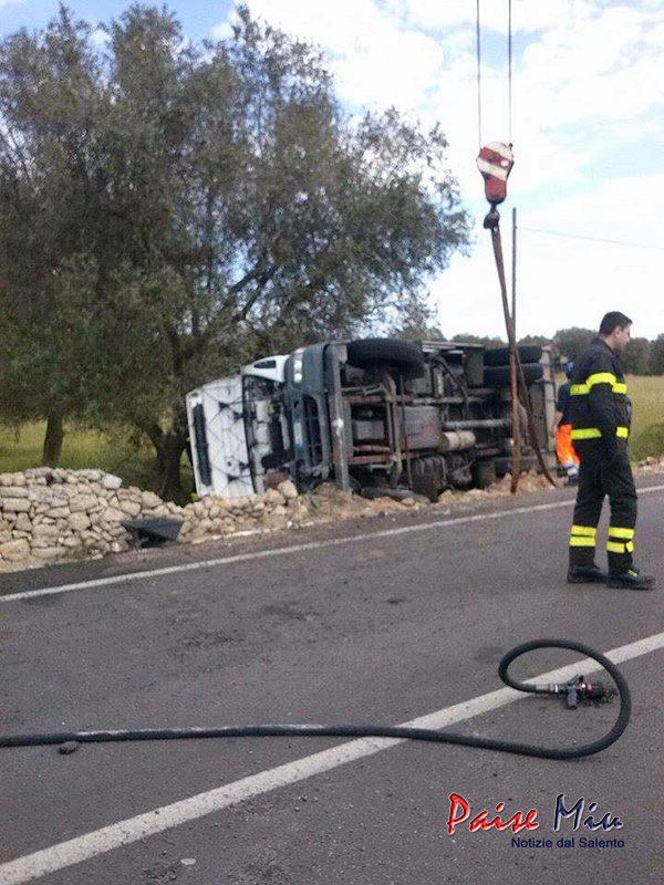 Camion ribaltato Trepuzzi