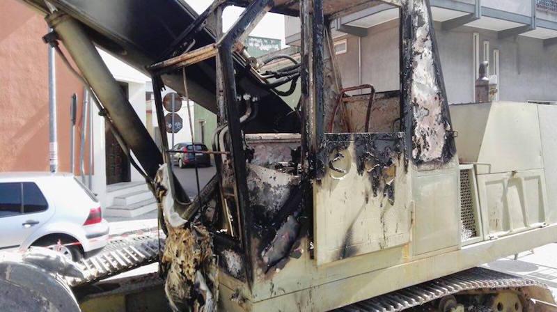 Escavatore bruciato a Surbo