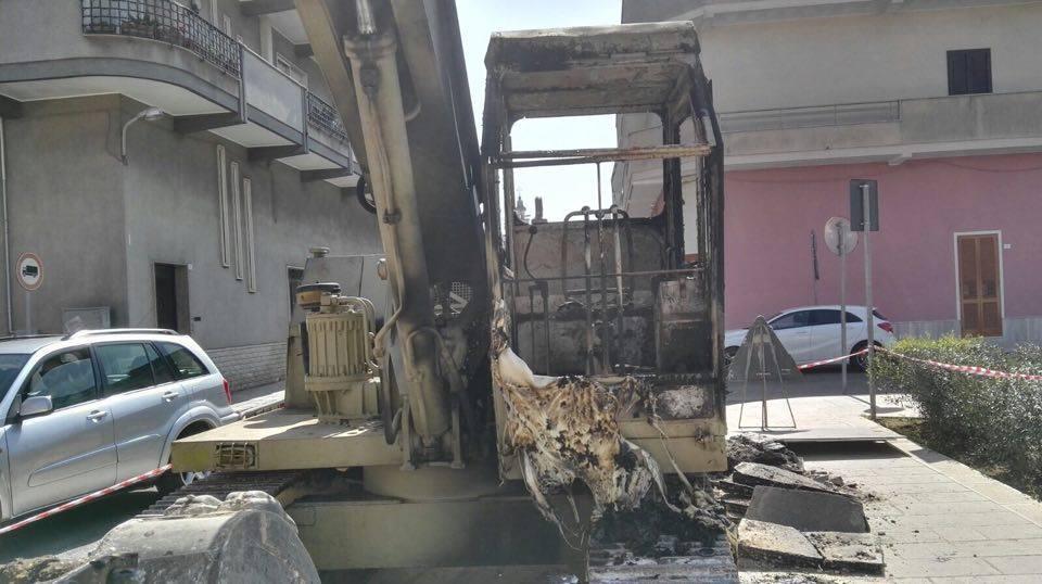 Escavatore bruciato a Surbo 2